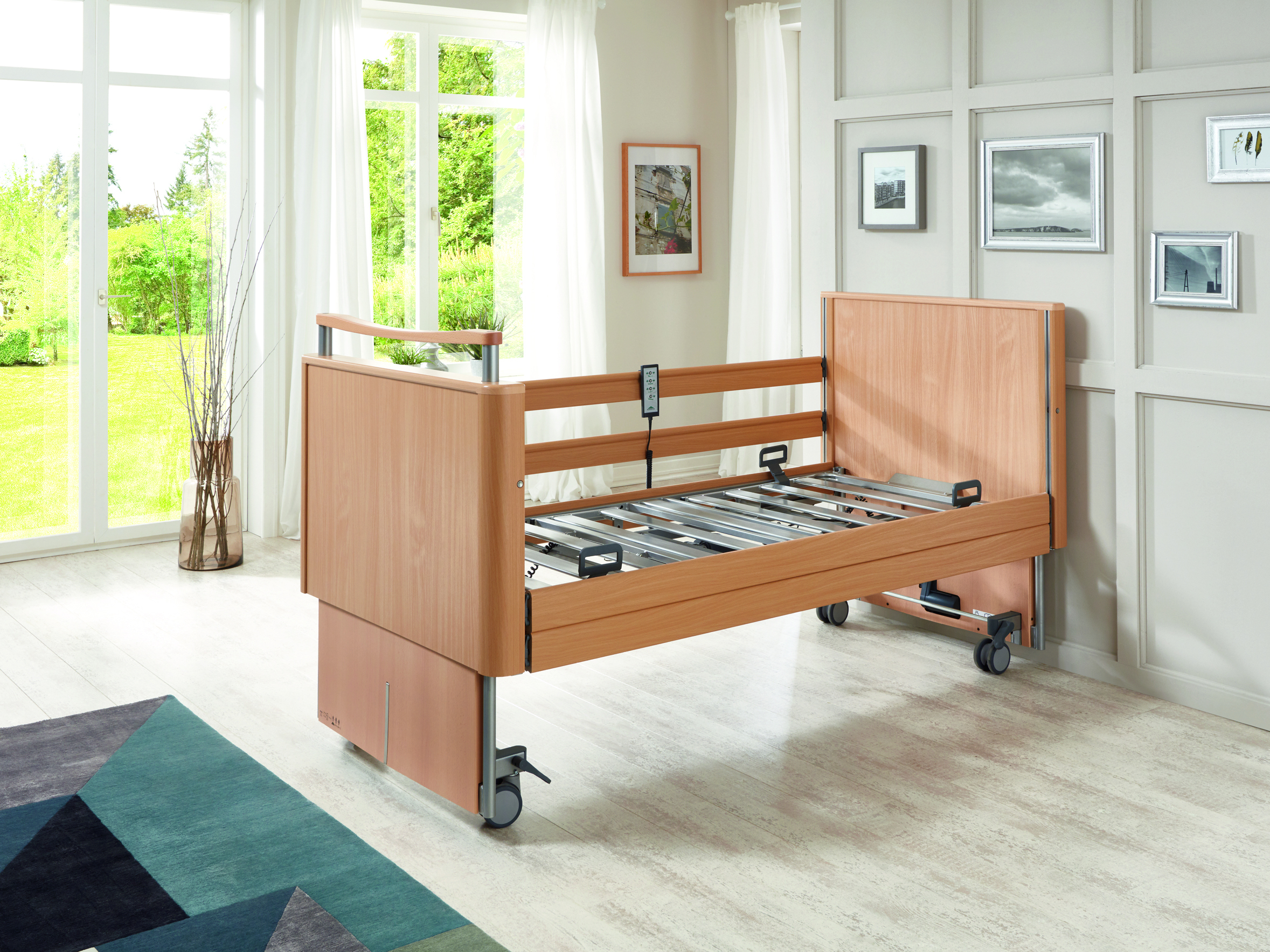 Large height adjustment range of the Inovia low-height bed